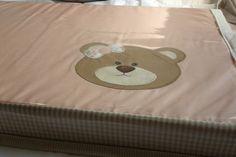 Trocador confeccionado em tecido 100% algodão com espuma densidade 23, altura de 5 cm com capa de tecido e capa de plastico,