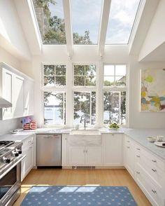 Cozinha super clean com muita luz natural. As janelas grandes complementam a…