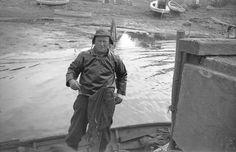 Fisker Svend Nielsen, Bogø, ca. 1962. Svend Nielsen var erhvervsfisker og fangede især ål og rejer, men også torsk, hovedsagelig i Bøgestrømmen. Fra Kenneth Nøhrs arkiv. Svend Nielsen var Kenneth Nøhrs morfar, og billedet er taget af hans far.