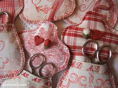 Paso a paso – Funda para tijeras – Guardatijeras – Costura – Telas – Tutoriales y patrones – Comando Craft Mug Rugs, Crafts To Do, Scissors, Sewing Projects, Sewing Ideas, Needlework, Red And White, Gift Wrapping, Embroidery