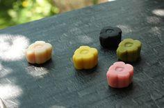"""""""Marimekko"""" provides the sweets of the opening floral """"Unikko"""" cafe Japanese Wagashi, Japanese Sweets, Japanese Candy, Japanese Food, Japanese Colors, Traditional Japanese, Chinese Food, Sushi Recipes, Rice Cakes"""