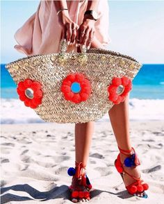 Summer straw bags are amongst the hottest trends from the SS 2019 catwalks. Straw bags seem like the kind of handbags that really stood the test of time. Spring Bags, Summer Bags, Earthy Style, Summer Handbags, Trendy Handbags, Boho Bags, Jute Bags, Canvas Shoulder Bag, Handmade Bags
