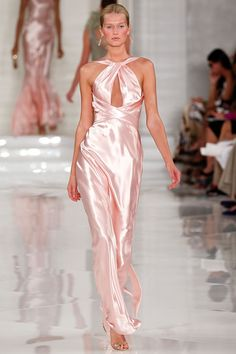 A model walks the runway at the Ralph Lauren Spring 2012 fashion show during Mercedes-Benz Fashion Week at Skylight Studio on September 2011 in New York City. Pink Fashion, Couture Fashion, Runway Fashion, Fashion Show, Fashion Dresses, Dubai Fashion, Style Fashion, Fashion Trends, Elegant Dresses