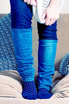 DIY two-tone jeans Love Jeans, Diy Jeans, Two Toned Jeans, Diy Tops, Clowns, Leg Warmers, Diy Fashion, My Style, Wood