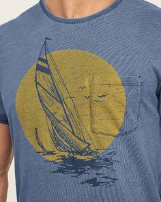 Herren – Tee mit Segelbootgrafik und Tasche