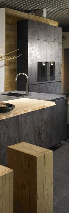 Cuisine chic en noir et bois brut #kitchen #black #wood