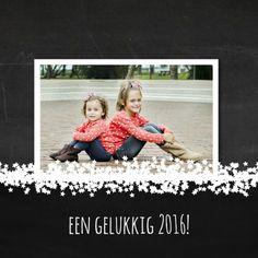 Leuke kerstkaart met eigen foto op een achtergrond van schoolbord-print. Feestelijke witte sterretjes. Pas tekst naar wens aan.