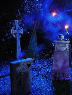 45 Inspiring Halloween Outdoor Lighting to Copy This Year # Halloween Coffin, Halloween Graveyard, Halloween Forum, Halloween Photos, Halloween Projects, Holidays Halloween, Scary Halloween, Halloween Themes, Halloween Decorations