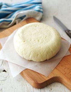 Receta fácil para hacer queso fresco en casa, con ingredientes cotidianos y sin necesidad de equipos especiales. Queso Fresco Recipe, Everyday Food, Cheese Recipes, Food Truck, Food And Drink, Bread, Cooking, Foods, Homemade Cheese