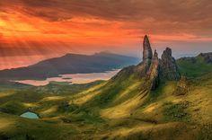 El sol rojo baña la Isla de Skye, Escocia. Foto: Gavin Duncan.