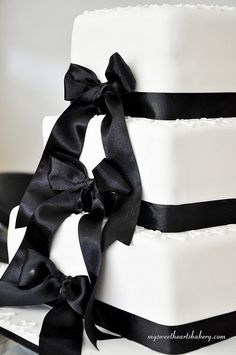 Black and White Wedding Cake @Destinie Duncan Duncan Smith OMG gorgeous!