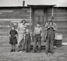 "October ""Family of Joe Kramer, farmer near Williston, North Dakota."" Photo… October ""Family of Joe Kramer, farmer near Williston, North Dakota."" Photo by Russell Lee for the Resettlement Administration. Vintage Pictures, Old Pictures, Old Photos, Shorpy Historical Photos, Dust Bowl, Into The West, Great Depression, North Dakota, Black And White Pictures"