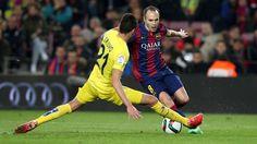 Andrés Iniesta en una acción durante el partido entre el Barça y el Villarreal en el Camp Nou
