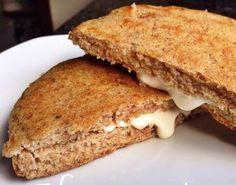 Aprenda Como Fazer Pão Low carb de Frigideira Rápido e Fácil para ter um café da manhã muito nutritivo e saboroso, que você pode rechear com queijo a vontade, já que o queijo não contém carboidratos.