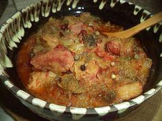 Reteta culinara Varza calita cu piept de porc afumat din categoria Porc. Specific Romania. Cum sa faci Varza calita cu piept de porc afumat Romanian Food, Pork Recipes, Soul Food, Carne, Food To Make, Cabbage, Beef, Cooking, Pork