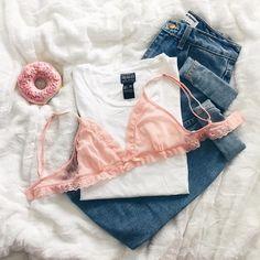 Com camiseta amassada sim, porque li que só depende da nossa geração fazer o amassado ser aceito socialmente   flat lay mom jeans