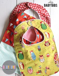 Sewing Tutorials Free - We are continuing our Baby Love series with this fabulous DIY Baby bibs sewing tutorial. Terry cloth on the back for comfort and cotton print of the front. Diy Baby Bibs Tutorial, Diy Baby Bibs Pattern, Baby Bibs Patterns, Bib Pattern, Free Pattern, Diy Tutorial, Sewing Patterns, Tutorial Sewing, Baby Sewing Projects