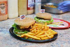 Burger bestellen in Wien. Wir haben XL Hollywood Burger besucht und beim Burger machen zugesehen.   #Lieferservice #Lieferdienst