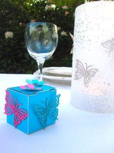 Eine wunderschöne Schachtel befüllt mit fünf gravierten Schokolinsen (Schmetterling oder Vogel,oder Herz oder wahlweise Trauringe)in der Farbe weiß.