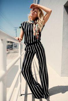 Guita Moda: Aleatórios fashion: Macacão Listrado, lenço no pescoço