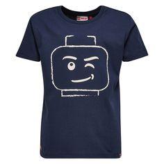 Donker blauwe jongens tshirt TEO van het merk Legowear. Dit is een tshirt met een ronde hals en korte mouwen. De tshirt heeft een grote witte opdruk van een knipogend lego hoofd