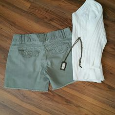 Cute, frayed hem shorts Double button waist and pockets with flaps on these casual shorts. Be Bop Shorts Bermudas