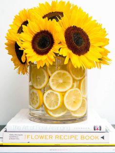 Jarrón-con-agua-y-limones
