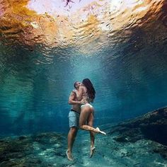 Are Scuba Diving Packages Worth It? Underwater Pictures, Underwater Photos, Underwater Photography, Couple Photography, Photos Originales, Couples In Love, Couple Pictures, Under The Sea, Diving