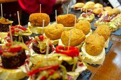 TORTILLAS Y OTROS PINCHOS ENTRE LAS SIETE CALLES Y EL ENSANCHE DEL BILBAO Bilbao, Tapas, Tortillas, Caramel Apples, Desserts, Food, Spanish Omelette, Places, Essen
