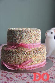 Voor het kinderfeestje van vanmiddag heb ik een vrolijke discodip taart gemaakt. Ik ben benieuwd wat alle meiden en jongens ervan vinden!