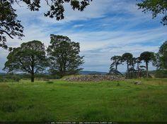 Cairn Dunchraigaig in Schottland (GB).  Ein Cairn ist in Schottland ein Steinhügel meist ein Grab. Dieser Cairn hier ist 4200 Jahre alt man kann noch sehr gut die Grabkammern erkennen er hat einen Durchmesser von 30 Metern und eine Höhe von 25 Metern Ganz in der Nähe findet man übrigens noch die Ballymeanoch Standing Stones sollte man beim Besuch dieses Cairns nicht auslassen.