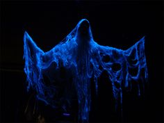 Crank Ghosts Tutorials - standard coat hanger frame, cheese cloth soaked in Rit whitener, and a hollow plastic skull set up with black light. Set up a oscillating fan to give it a bit of movement. Diy Halloween Ghosts, Halloween Symbols, Halloween 2015, Outdoor Halloween, Halloween Projects, Halloween House, Halloween Cosplay, Holidays Halloween, Halloween Party