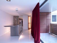 Ein weisser Epoxidharz-Boden zieht sich durch die gesamte Business-Suite. Ein frei stehender Edelstahlblock enthält die komplette Küche (Boffi).