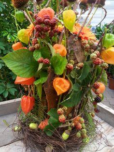 Vaas rondom bekleed met natuurlijke materialen die mooi indrogen in de vaas kun je elke week de bloemen verversen.