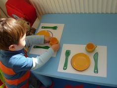 apprentissage vie pratique, comment mettre la table et ranger les couverts et les assiettes, activite enfant 3 ans selon le principe montessori Montessori Toddler, Montessori Activities, Toddler Activities, Toddler Table, Busy Board, Practical Life, Eyfs, Life Skills, Diy And Crafts