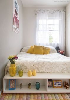 Um quarto super pequeno que não se intimidou e deu show! A base clara ajudou muito a ampliar o ambiente. As cores salpicadas deixaram o quarto  aconchegante e alegre.