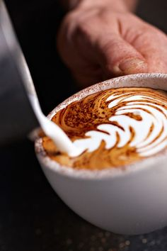 Great ways to make authentic Italian coffee and understand the Italian culture of espresso cappuccino and more! Coffee Latte Art, Coffee Cafe, Coffee Drinks, Coffee Clock, Coffee Pics, Coffee Barista, Coffee Pictures, Iced Coffee, Best Espresso