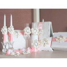 Роскошный свадебный набор для прекрасной невесты выполнен из ажурного кружева,цветов ручной работы,украшен брошами камеями.Акцент- цвета розового кварца атласные ленты