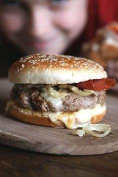 .^. Hamburger savoyard, avec du reblochon et de la viande des grisons