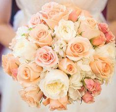 Brautstrauß zum Verlieben in soften Peach und Rosétönen.
