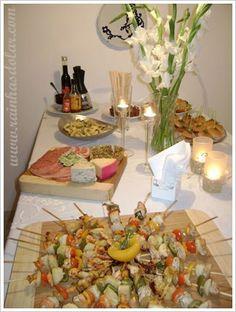 queso, pan y vino...... no puedes dejar de incluir velas y flores...aqui un detalle imperdible