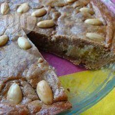 Holländischer Spekulatius-Mandelkuchen - Der Gewürzkuchen wird mit selbstgemachtem Marzipan gemacht, dass ein bisschen wie Frangipane schmeckt und gröber ist als gekauftes Marzipan. In Holland wird der Kuchen traditionell im Winter um den holländischen Nikolaustag (Sinterklaas) am 5. Dezember gegessen, aber er schmeckt auch lecker als Weihnachtskuchen.@ de.allrecipes.com