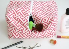 This tutorial is for a large toiletries bag to travel with. Who doesn& need an extra large bag to hold their makeup, lotions, shampoos and other essentials? If you& unfamiliar with zippers, try this pencil case tutorial first to get the hang of it. Diy Mothers Day Gifts, Diy Gifts, Sewing Tutorials, Sewing Patterns, Free Tutorials, Fabric Crafts, Sewing Crafts, Large Toiletry Bag, Pochette Diy