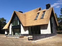 Voorbeeld van vorm huis met rieten dak en grotere ramen - hele dikke en donkere houten kozijnen vinden we niet mooi