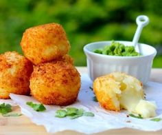 Yuca Balls Stuffed with Cheese (Bolitas de Yuca con Queso) Recipe - use GF breadcrumbs and another cheese? My Colombian Recipes, Colombian Cuisine, Comida Latina, Yuca Recipes, Cooking Recipes, Appetizer Recipes, Appetizers, Queso Recipe, Caribbean Recipes