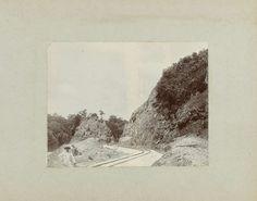 Anonymous | Bocht in het spoor, Anonymous, 1905 - 1910 | Bocht in het spoor door een heuvelwand. Foto in het fotoalbum over de aanleg van de Lawaspoorweg in Suriname in de jaren 1903-1912. Onderdeel van een groep objecten afkomstig van de familie Wesenhagen in Suriname.