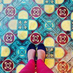 Na Bendita Benedita uma marca paulista de acessórios femininos @mvivtz fez esse registro lindo. Com uma doce fachada e ladrilhos que colorem a calçada a loja fica na Rua Haddock Lobo uma das principais vias do Jardim Paulista em São Paulo. #chaoqueeupiso by chaoqueeupiso