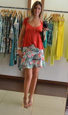 Quando a saia é colorida, fica mais fácil combinar com uma blusa lisa, e se o look é bem colorido uma sandália de cor neutra cai bem. Marca do look todo Namine