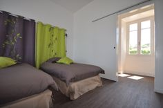 Chambre avec lits double. Curtains, Bed, Furniture, Home Decor, Wisteria Tree, Double Beds, Colors, Bedroom, Blinds