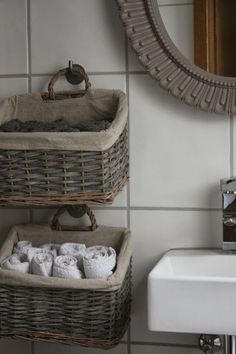 Hanging Baskets for Storage - The Little White House: Gestän .- Hanging Baskets for Storage – Das kleine weisse Haus: Geständnisse, Einblicke u… Hanging Baskets for Storage – The Little White House: Confessions, Insights and Living Ideas - Diy Bathroom Decor, Bathroom Storage, Diy Home Decor, Bathroom Ideas, Small Bathroom, Diy Storage, Storage Baskets, Towel Storage, Small Storage